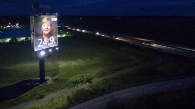 Überdimensionales Wahlplakat wirbt für Angela Merkel