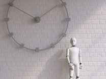 Robot standing under wall clock PUBLICATIONxINxGERxSUIxAUTxHUNxONLY AHUF00370