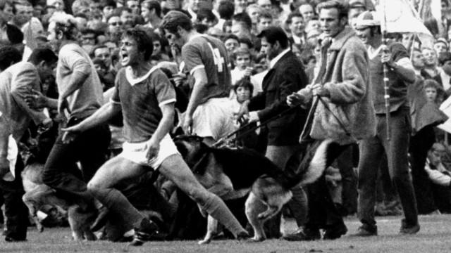 Borussia Dortmund FC Schalke 04 06 09 1969 Ausschreitungen im Dortmunder Stadion Rote Erde in der; Friedel Rausch