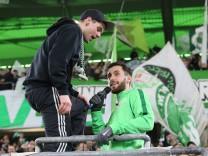 Yunus Malli VfL Wolfsburg 10 wurde von den fans auf den Zaun gefordert *** Yunus Malli VfL Wolfsbu