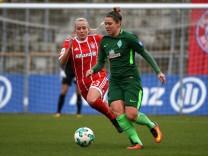 v li Mandy Islacker FC Bayern München FCB 23 Lisa Marie Scholz SV Werder Bremen 7 im Zweika