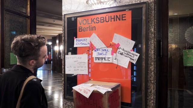 Zettel mit Informationen im Eingangsbereich in der von Aktivisten besetzten Berliner Volksbuehne au