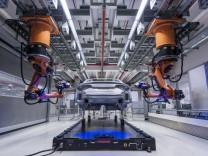 In der Messzelle der A8 Qualitaetssicherung im Karosseriebau tasten automatische Sensoren die Huelle
