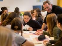 Riemerschmidschule, städtischen Wirtschaftsschule in der Frauenstr. 19. Die Schule beteiligt sich an einem Pilotprojekt und bietet im kommenden Schuljahr auch sechste Klassen an.