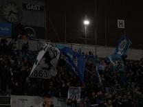 Die Fans feiern trotz Spielausfall wegen Stromausfall im Stadion Notbeleuchtung Fans Publikum Z
