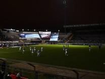 Der Anpfiff steht auf der Kippe Stromausfall im Stadion die Spieler des TSV 1860 München machen si