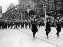Adolf Hitler und Göring beim Marsch zur Erinnerung an den 9. November