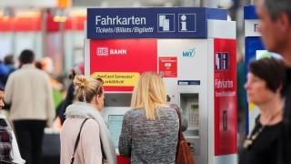 junge Frauen stehen an einem Fahrkarten Automaten der DB Deutsche n Bahn im Hauptbahnhof München und