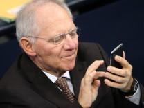 Wolfgang Schäuble mit Smartphone