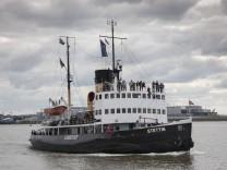 Der Dampfeisbrecher Stettin mit Touristen bei einer Ausfahrt auf der Elbe bei Finkenwerder in der Ha