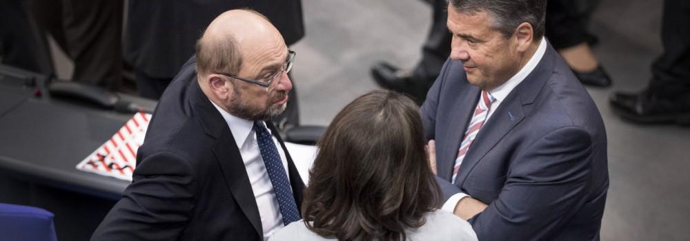 Martin Schulz spricht mit Sigmar Gabriel und Andrea Nahles waehrend einer Abstimmung waehrend der ko