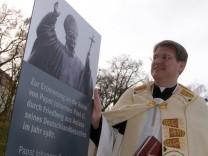 Stele erinnert an Papst Johannes Paul II.