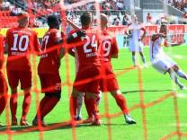 Anschlusstreffer durch Jahns Marvin Knoll am Ball Regensburg Bayern Continental Arena Copyright x; Marvin Knoll SSV Jahn Regensburg