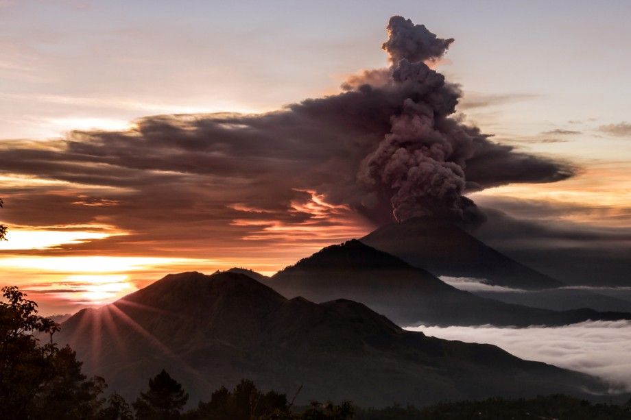 Schön Mount Agung Volcano Is Seen Spewing Smoke And Ash In Bali, Indonesia