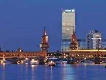 Deutschland, Berlin, Blaue Stunde Spree Oberbaumbruecke Treptower Hochhaus Versicherung Allianz Panorama Panaromabild Restlichtaufnahme