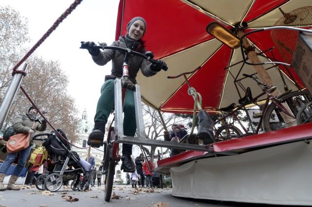 Karussell aus Müll auf Adventmarkt in Wien