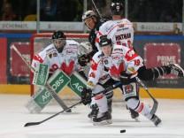 Marinus Reiter Tölzer Löwen wehrt den Fernschuss auch das Tor von Goalie Torwart Michael Boehm