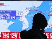 Eine Nachrichtensendungin Seoul, Südkorea, berichtet über den Raketenstart Nordkoreas.