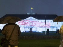 Gewaltenteilung Illuminiertes Schloss Bellevue anlässlich des Festivals FESTIVAL OF LIGHTS snapsho