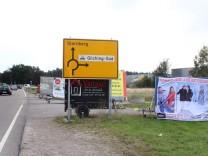 Pkw-Anhänger als Werbeträger; Mobile Reklametafeln am Straßenrand