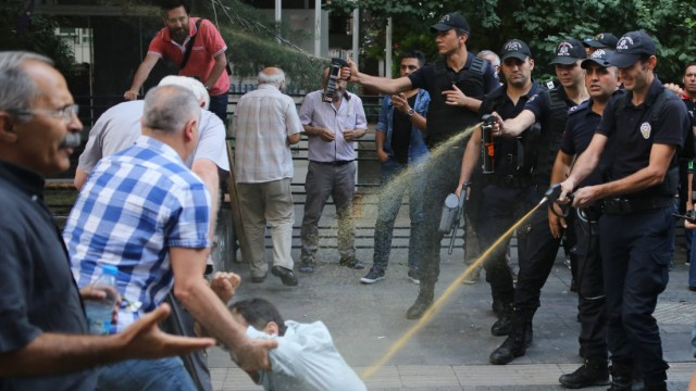 Themen der Woche Turkish riot police detained 3 demonstrators during a protest at Ankara capitol of