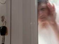 Draußen vor der Tür - Manche Schlüsseldienste langen richtig zu