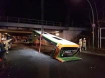 Brücke zu niedrig - Dach von Bus abgerissen