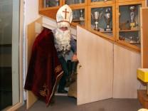 Nikolaus kommt aus der Tür