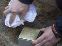 Gestohlene 'Stolpersteine' in Neukölln werden ersetzt