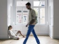 Junges Paar in neuer Wohnung Konfliktsituation model released Copyright xMEVx ALLMVPC850901