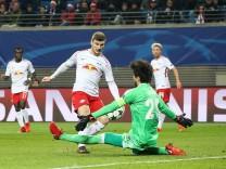 Timo Werner RB Leipzig trifft zum 1 1 gegen Torwart Tolga Zengin Besiktas Istanbul das Tor wird