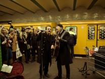 U2 in Berlin! Bono + The Edge fahren mit der U-Bahnlinie U2