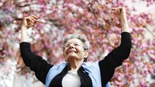 Seniorin in Bonn freut sich ueber den Fruehling Bonn 12 04 2007 MODEL RELEASE vorhanden MODEL