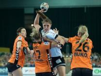 Xenia Smits 11 GER im Angriff gegen Yvette Broch 13 NED Nycke Groot 17 NED und Angela Malest