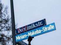 Symbolische Umbenennung von Kolonialstraßename: Dominikstraße in Bogenhausen