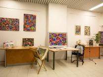 Erika Hörner, die in Ismaning einen Kreativraum an der Schwelle eröffnet hat. Korbinianstraße 12. Zur Eröffnung stellt der Maler Axel J. Halbach dort seine Arbeiten aus.