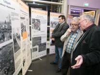 Ausstellungseröffnung 50 Jahre Neuperlach, im Foyer der großen neuen Halle des SV München in Neuperlach, Fritz-Erler-Straße 3: