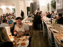 Das griechische Restaurant Paros in München überzeugt mit dem guten griechischen Essen und ist einer der letzten Partygriechen.