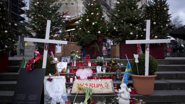 Gedenken Terroranschlag Berlin DEU Deutschland Germany Berlin 08 12 2017 Schild Warum vor Kerz