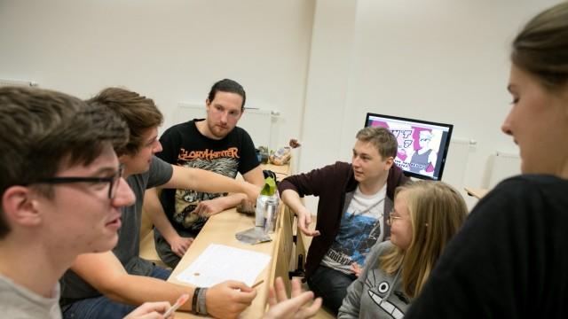 Garching TU GameJam. Mehr als 100 Studenten programmieren  in Kleinteams in nur 48 Stunden ein Videospiel.
