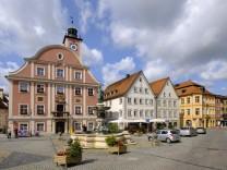 Marktplatz mit Rathaus und Willibaldsbrunnen Eichstätt Altmühltal Oberbayern Bayern Deutschland