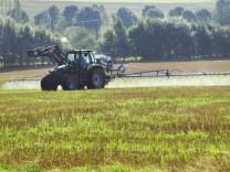Traktor spritzt Glyphosat zur Unkrautvernichtung im Sommer Deutschland Rheinland Pfalz Westerwald