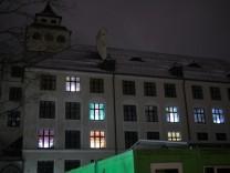 Adventskalender Grund- und der Mittelschule an der Alfonsstraße in Neuhausen. Dort haben Lehrer und Schüler gemeinsam einen riesigen Adventskalender gestaltet: Jedes Fenster der Schule ist ein Türchen, das entsprechend beleuchtet ist, wenn es dunkel is