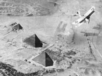 Deutsches Flugzeug über den Pyramiden, 1918