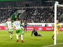Divock Origi trifft aus drei Metern Entfernung dad Tor nicht Fußball Fussball DFL erste 1 Bund