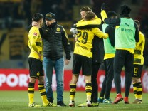 Peter Stoeger Borussia Dortmund spricht mit Mahmoud Dahoud Borussia Dortmund FSV Mainz 05 vs Bo