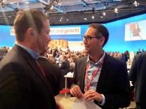 von Herrn Schrodi (rechts), dass ihn auf dem SPD-Bundesparteitag im Gespräch mit Uli Grötsch, Generalsekretär der BayernSPD (links)