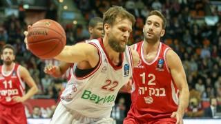 l r im Zweikampf Aktion mit Danilo Barthel 22 FC Bayern Basketball und Yogev Ohayon 12 Hapoel