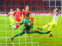 Robert Lewandowski FC Bayern München trifft zum 1 0 gegen Torwart Timo Horn 1 FC Köln Fussbal