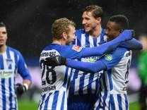 Salomon Kalou Hertha BSC jubelt nach seinem Tor zum 2 0 zusammen mit Niklas Stark Hertha BC F